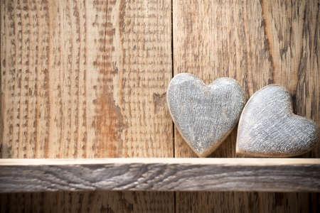 Herz auf einem hölzernen Regal. Holzwand, Studio-Fotografie.