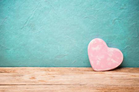 木製テーブルの上の心。バレンタインの日のグリーティング カード。
