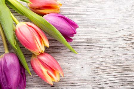 and bouquet: Tulipani su una superficie di legno.