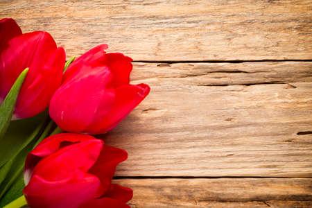 bouquet fleur: Tulipes sur une surface en bois. La photographie de studio.