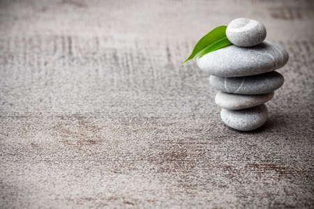 Stones spa treatment scene, zen like concepts. Standard-Bild