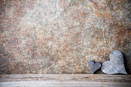 románc: Fából készült szívek rusztikus stílusban. Üdvözlőlap. Stock fotó