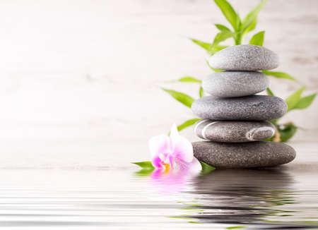 Spa stenen op de grijze achtergrond.