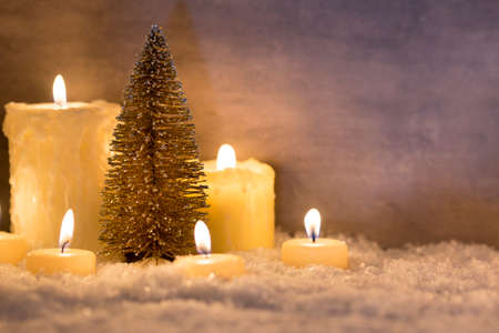 luz de velas: Fondo de metal gris, decoración de Navidad. Foto de archivo