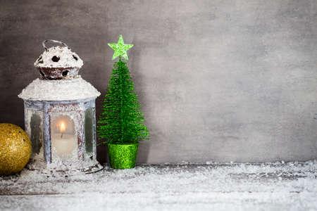 velas de navidad: Linterna con velas, decoraci�n de Navidad. Tarjeta de felicitaci�n.