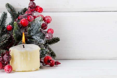 赤い果実、毛皮ツリーおよび円錐形からのクリスマス リース 写真素材