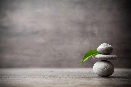armonia: masaje de piedras puestas en forma de una pirámide.