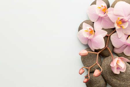 Spa-Steine ??auf Holzuntergrund mit Orchideen.