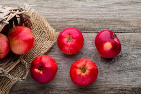 Manzanas rojas maduras en la mesa de cerca.