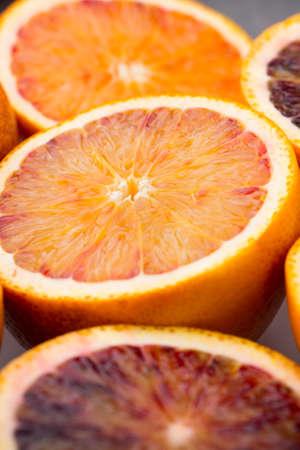 Mixed agrumes orange, figues, citrons verts sur un fond gris. Banque d'images