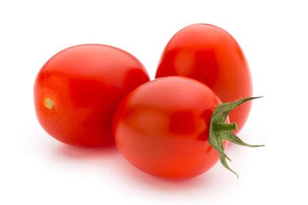 Cherry-tomaten. Drie cherrytomaten op een witte achtergrond. Stockfoto - 85196144