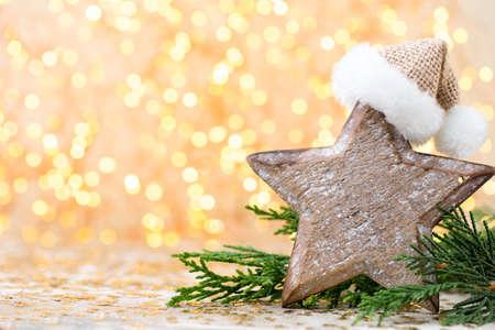 Decoraciones de madera de Navidad en un fondo bokeh. Foto de archivo - 87616377