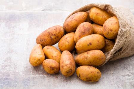 Bio russet ziemniaków drewniane rocznika tle.