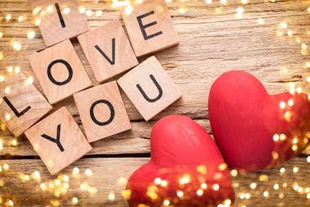 Rotes Herz auf alten hölzernen Hintergrund - Stock Image. Ich liebe dich, aus Holz gegossener Kubik. Standard-Bild
