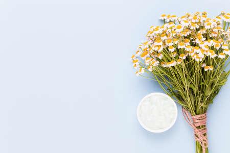 Motyw aromaterapii, ręcznie robione kwiaty kosmetyczne i medyczne herbsspace. Miejsce na tekst.