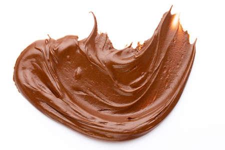 Crema al cioccolato isolata su bianco