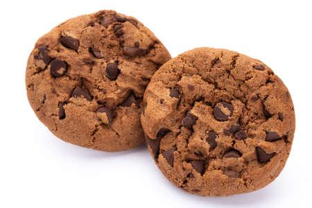 Biscuits aux pépites de chocolat isolés sur fond blanc. Biscuits sucrés. Pâtisserie maison.