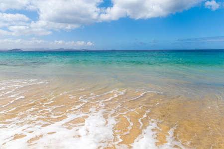 Panorama de la belle plage et de la mer tropicale de Lanzarote. Canaris