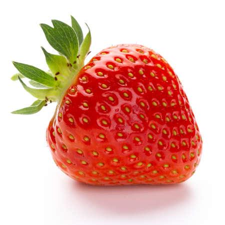 Einzelne Erdbeerfrucht isoliert auf weiß