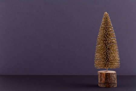 Christmas tree on pastel colored background. Christmas or New Year minimal concept. Standard-Bild - 130129834