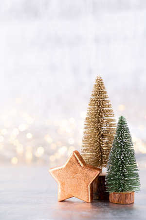 Christmas tree on silver, bokeh background. Standard-Bild - 130129785