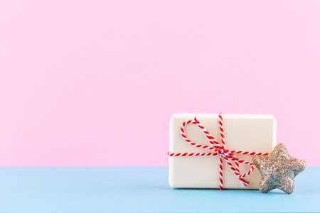 Christmas gift boxes on pastel background. Foto de archivo - 130812359