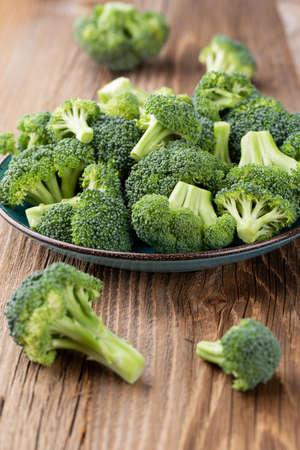 Gesunde grüne Bio-Roh-Brokkoli-Röschen zum Kochen