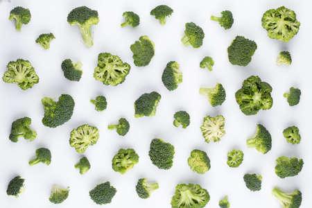 Broccoli pattern isolated on a white background. Various multiple parts of broccoli flower. Top view. Stockfoto