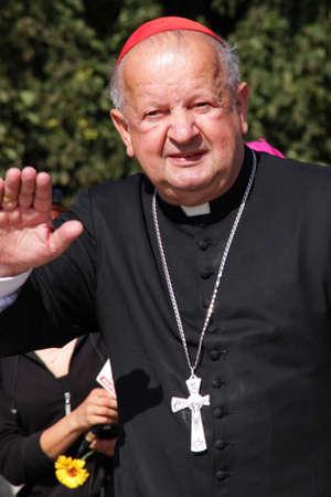 saluta: Czestochowa, Polonia - 11 agosto 2011 - Il Cardinale Stanislaw Dziwisz saluta i pellegrini che arrivano nel Santuario di Jasna Gora