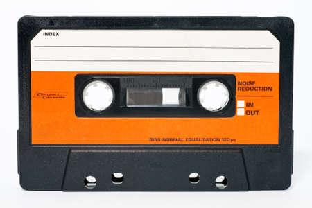 grabadora: Cinta de cassette aislada sobre fondo blanco