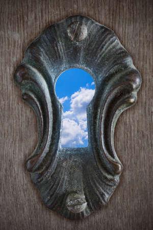 or lock up: Vista de un cielo parcialmente nublado a trav�s de un ojo de la cerradura