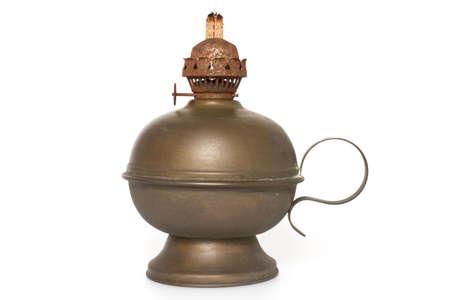 candil: Una vieja lámpara de aceite de bronce con mecha aislado en un fondo blanco Foto de archivo