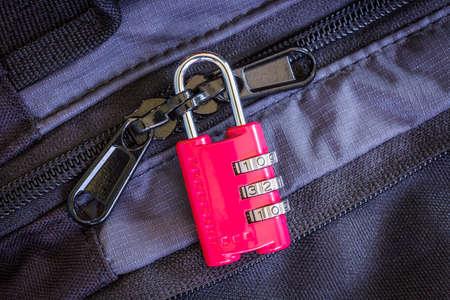 Malá červená kombinace zámku uzamčení zipů na zavazadla