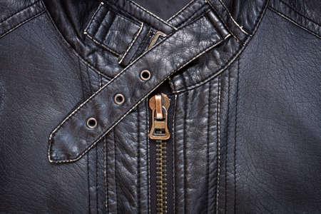 americana: Primer plano de la chaqueta de cuero sintético negro que muestra una cremallera y una correa de cuello Foto de archivo