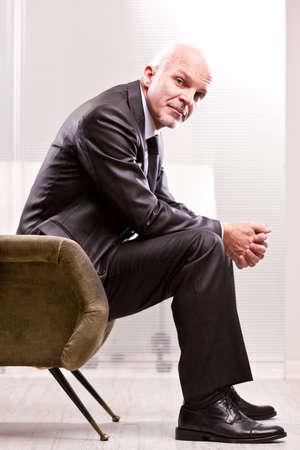 empatia: Hombre de negocios maduro que le mira con una fuerte empat�a Foto de archivo