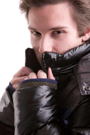 Anorak: intensiven Blick von einem jungen Mann in einer schwarzen Wintermantel oder Anorak