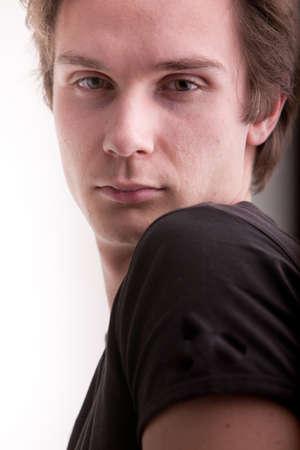 良い若い男を探して激しくカメラでファッションモデルのように見えるが 写真素材