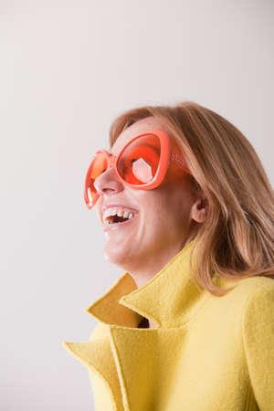 Una Feliz Blanco En Mujer Con Aqw5ioxp Digital Rubia Satisfacción HpAdww