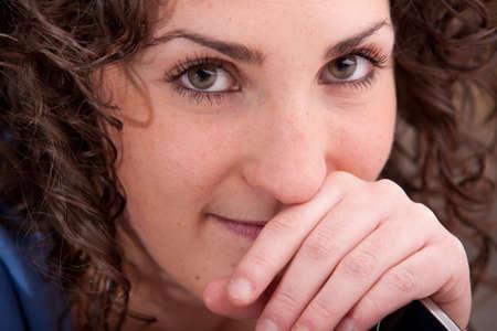 beaux yeux: beaux yeux d'une femme souriante avec un t�l�phone mobile Banque d'images