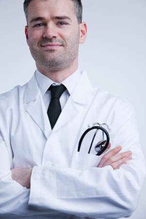 bata blanca: seguro de s� mismo m�dico tranquilizador en la capa blanca listo para servir Foto de archivo
