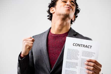 buen trato: este chico finalmente tiene un contrato en sus manos porque él fue contratado o que tenía una buena oferta