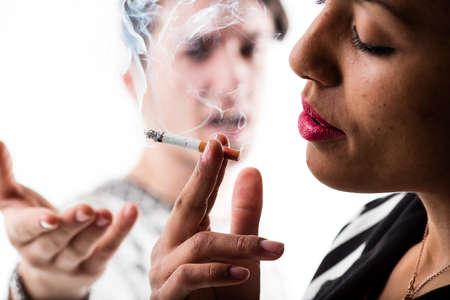 hombre fumando puro: mujer fumando y haciendo caso omiso hombre decepción Foto de archivo