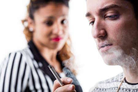 hombre fumando puro: hombre y mujer de fumar muy disgustado por ese hedor