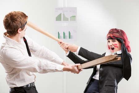 workplace harassment: concepto de la mujer exitosa guerra contra el hombre en el lugar de trabajo