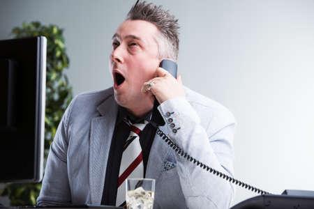 彼は非常に退屈な役に立たないものを聞く事務員表現彼の極度のストレスと退屈 写真素材