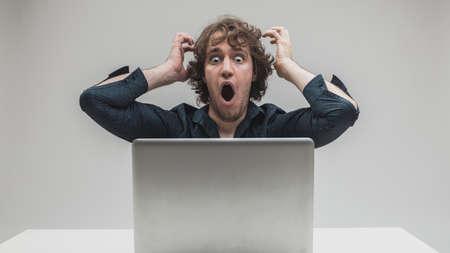 Der Geschäftsmann war schockiert über etwas, das er gerade im Internet gesehen oder gelesen hatte oder Viren oder Anwendungsprobleme