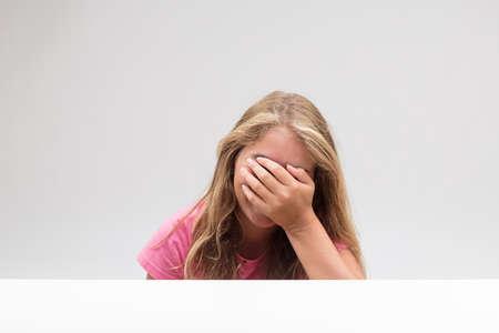 Oh my gosh lo que es realmente embarazoso y quiero esconderme a causa de esta vergüenza - dice esta niña Foto de archivo - 84759342