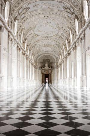 La Galleria Grande con il suo famoso pavimento a scacchi, Venaria Reale Palace, Torino, Italia Archivio Fotografico - 85796938