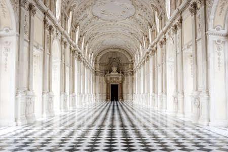 Galleria Grande z słynną szachownicą podłogą, Pałac Venaria Reale, Turyn, Włochy Publikacyjne