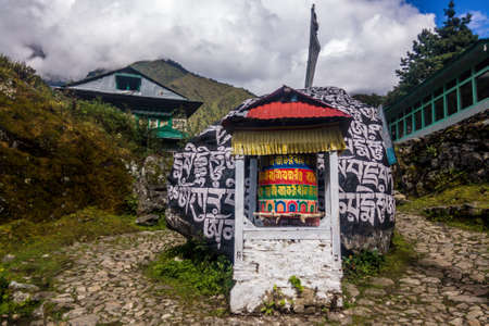 A prayer wheel with mantras in Chheplung on the Everest Base Camp trek, Nepal 版權商用圖片